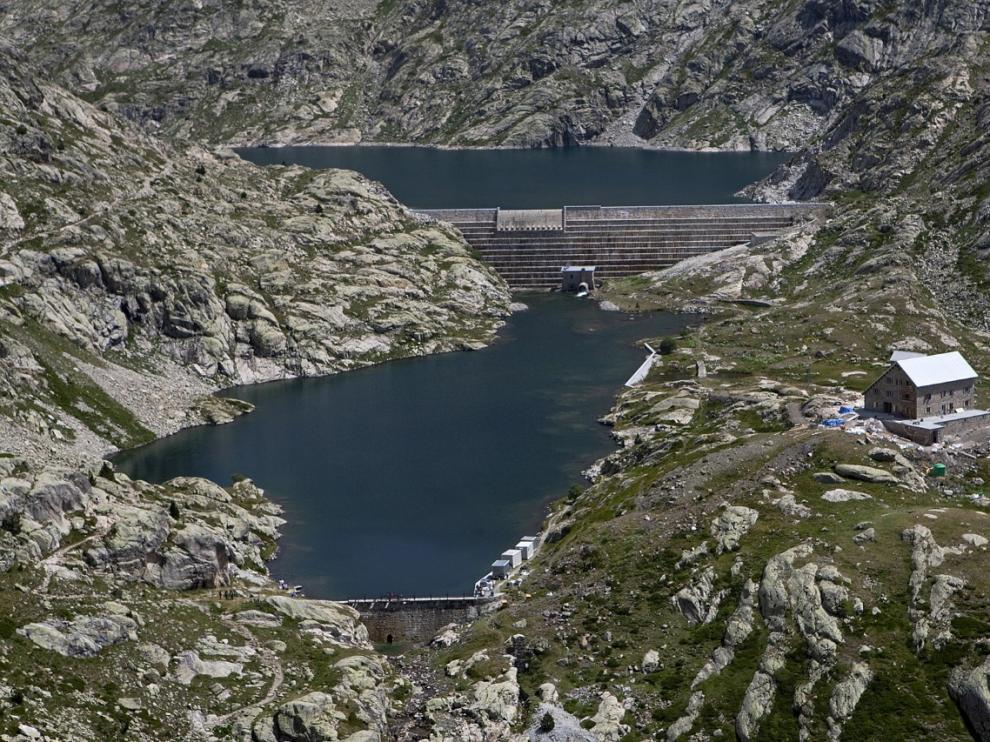 Una de las presas, situada junto al refugio de los Ibones de Bachimaña, a 2.200 metros.