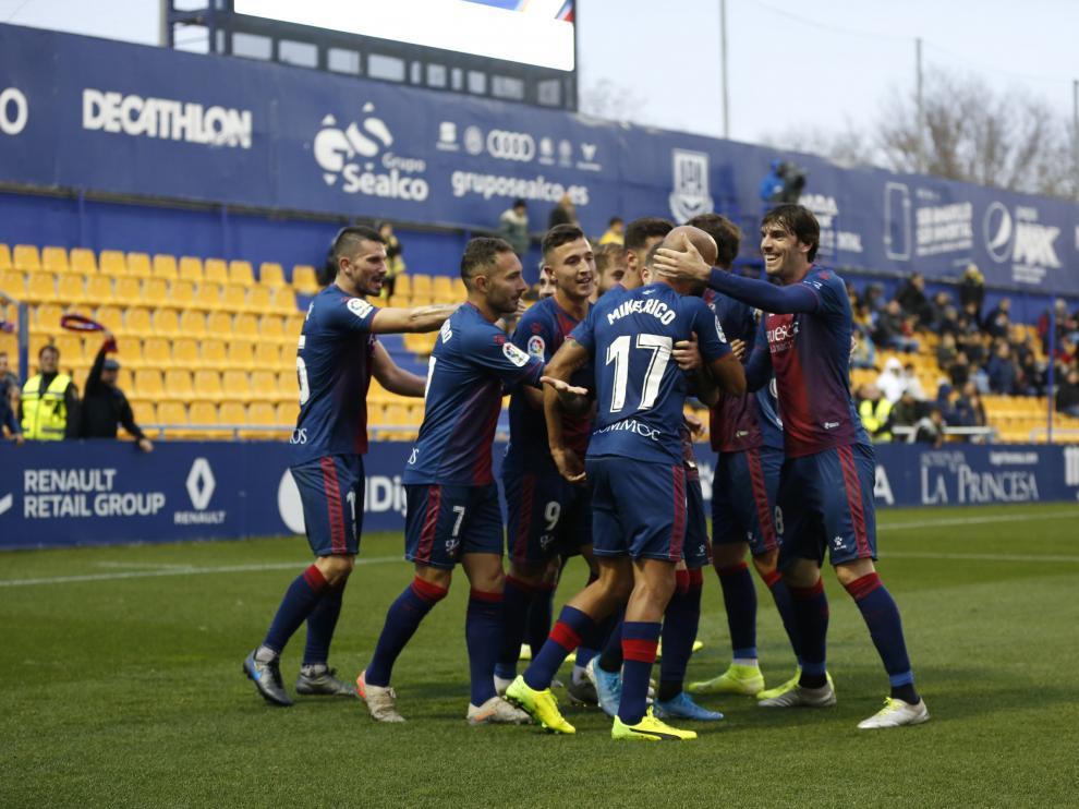 Los jugadores de la SD Huesca celebran uno de sus goles ante el Alcorcón.