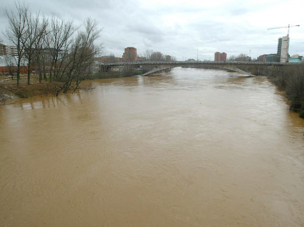 Imagen de archivo del río Pisuerga, en plena crecida, a su paso por Valladolid.