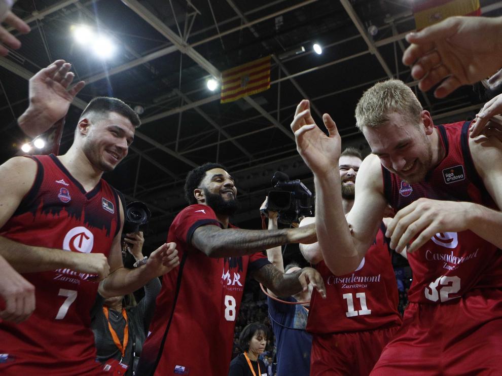 Los jugadores se arremolinan en torno a Tryggvi Hlinason al finalizar el partido.