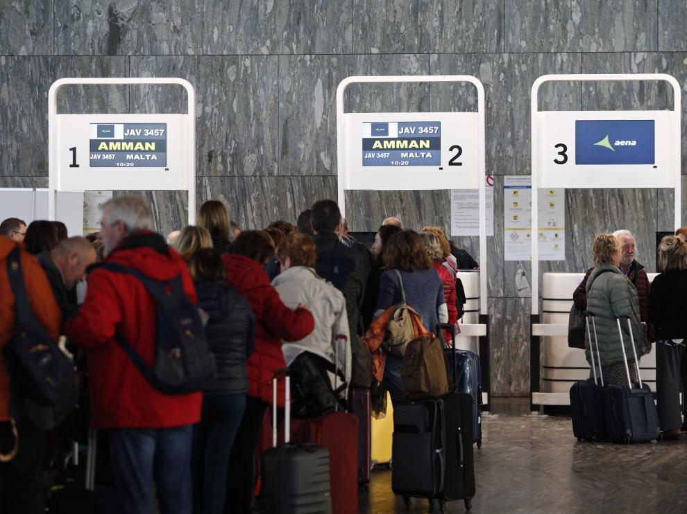 Los pasajeros esperan su turno para embarcar en el avión a Jordania.