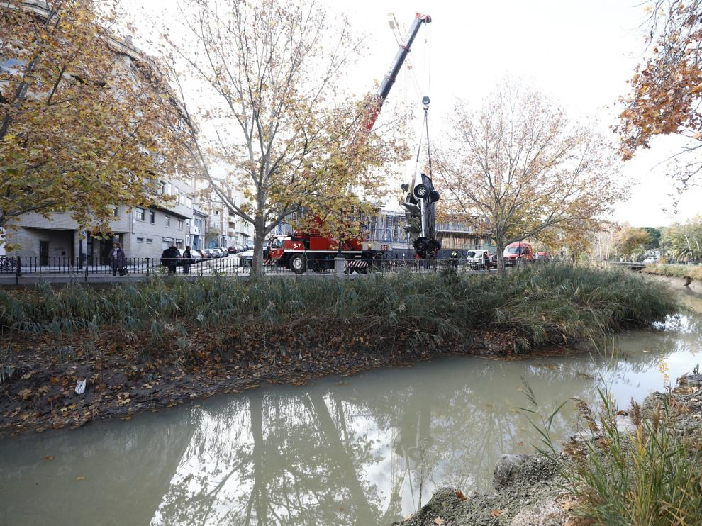 Un vehículo ha sufrido un vuelco y ha caído al Canal a primera hora de la mañana de este domingo. Su conductor ha tenido que ser rescatado. Los Bomberos han sacado el coche este domingo por la mañana.