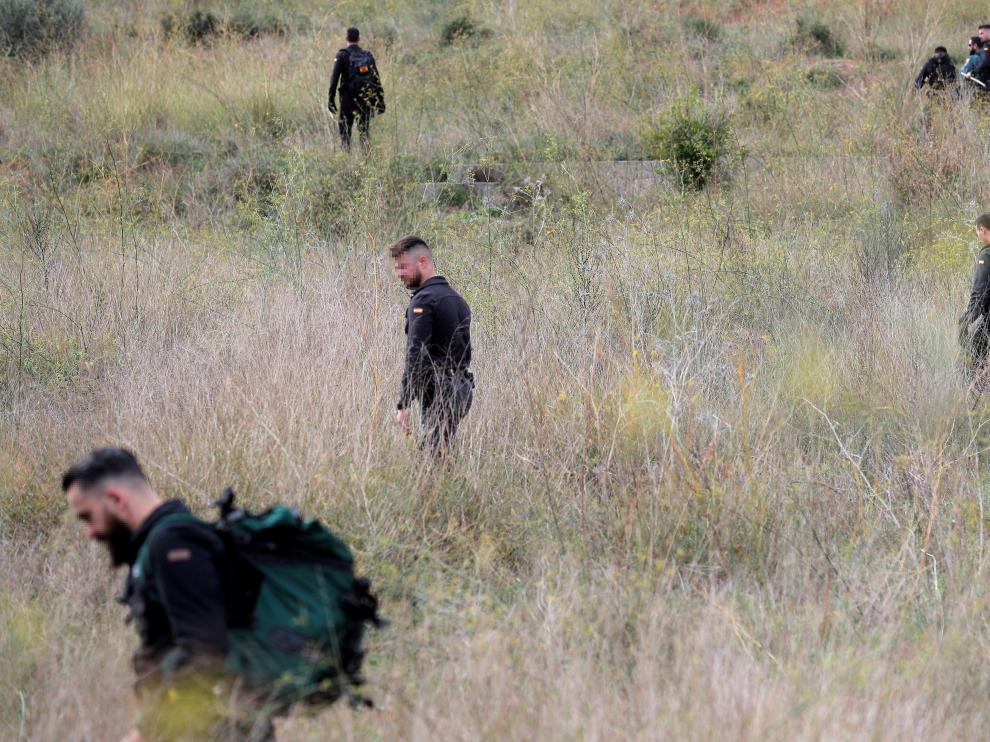 Miembros de la Guardia Civil buscan a la joven desaparecida, el viernes en Manuel (Valencia).
