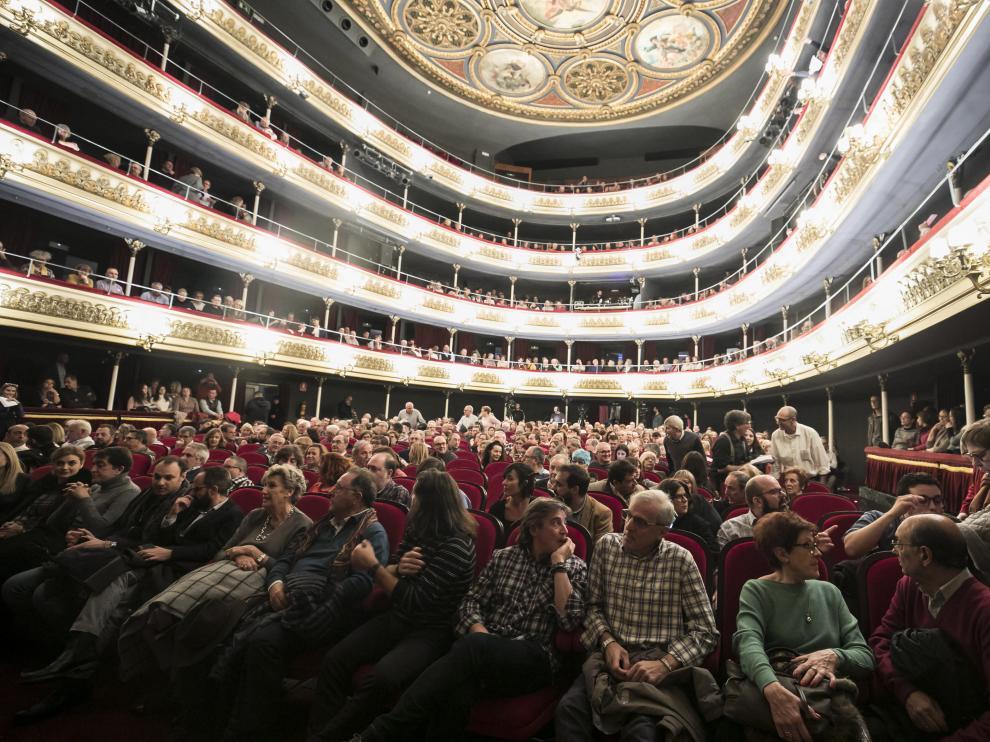 El cantautor aragonés Joaquín Carbonell ha celebrado sus 50 años sobre los escenarios en el Teatro Principal de Zaragoza