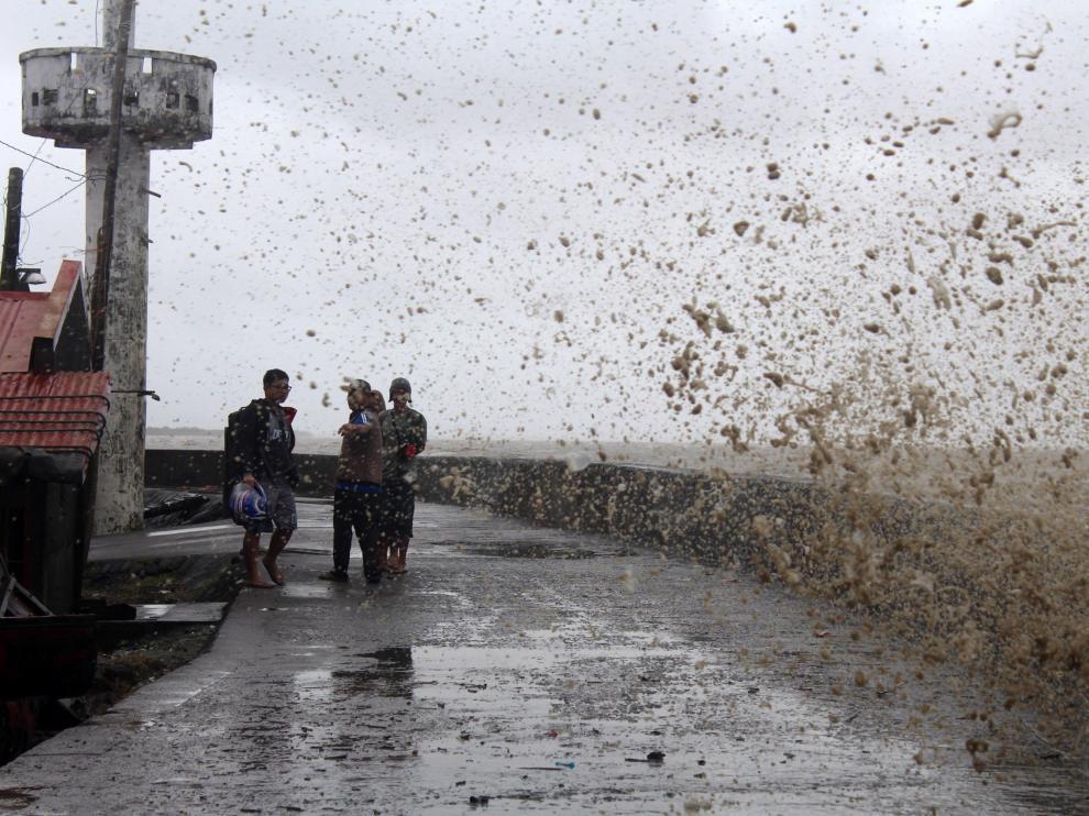 Habitantes de Calabanga, en Filipinas, ven las altas olas que presagian la llegada del tifón
