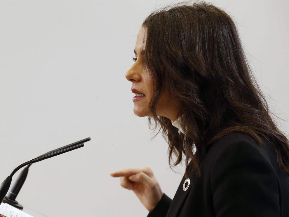 La portavoz de Ciudadanos en el Congreso, Inés Arrimadas, este lunes, durante la rueda de prensa que ha ofrecido en la Cámara Baja, para pedir al líder socialista, Pedro Sánchez, una reunión a tres, también con el presidente del PP