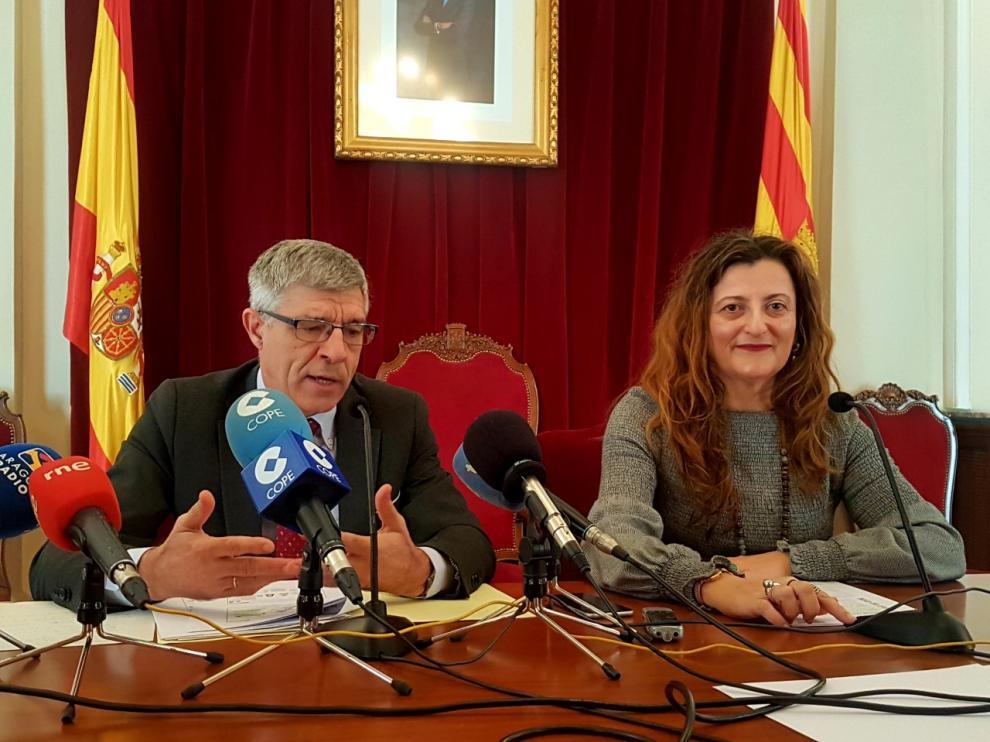 La subdelegada del Gobierno en Huesca, Isabel Blasco, junto al director provincial de TGSS, Alfonso Ramos