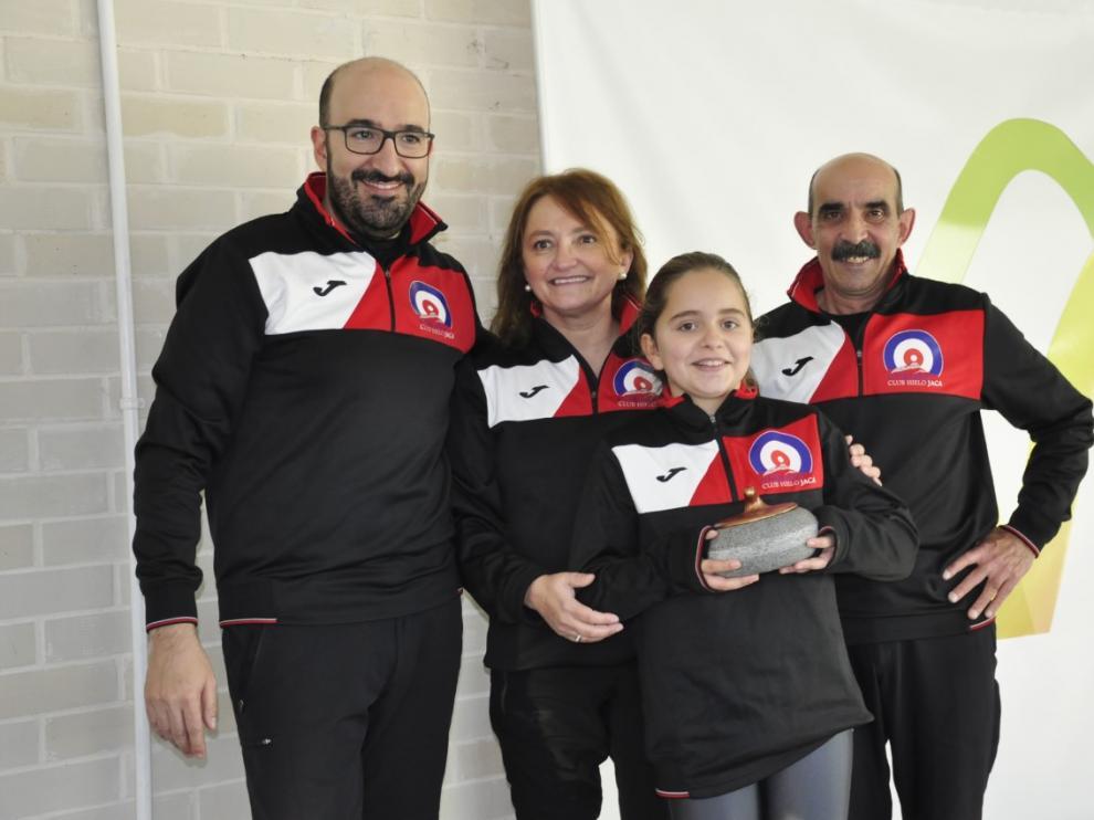 Lucas Munuera, Elsa Fumanal, Aurora Tesa y Domingo Hernández, del Jaca Red, en el podio, con el trofeo por el tercer puesto