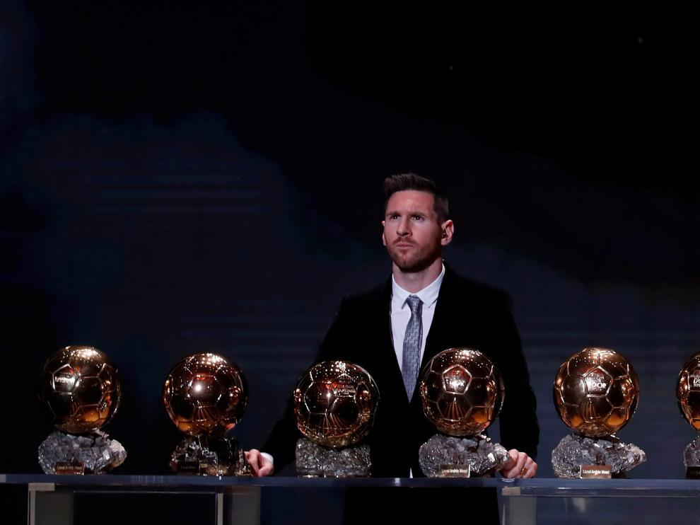 Messi posa con sus seis balones de oro.