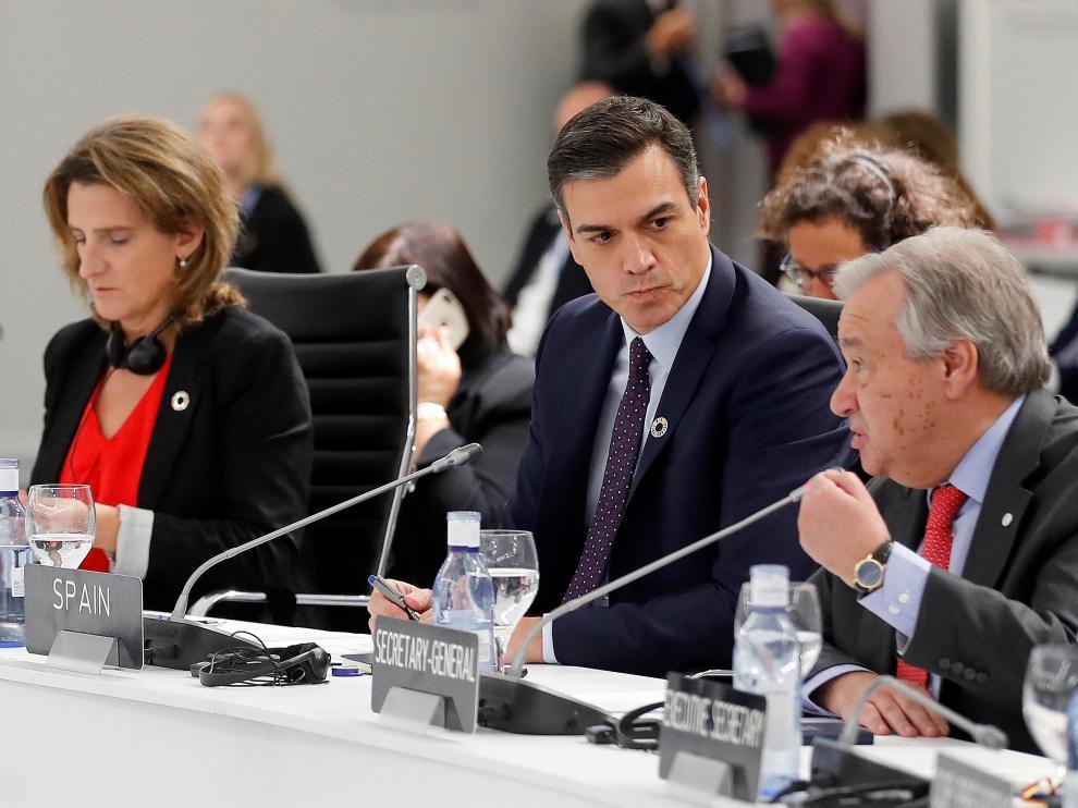 Teresa Rivera, Pedro Sánchez y Teresa Ribera en la COP25 este lunes.