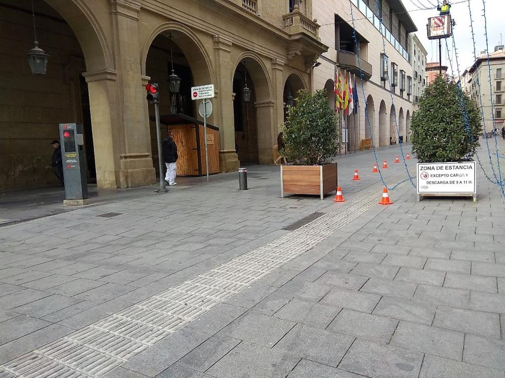 Acceso a la zona peatonal de los Porches de Galicia, en el centro de Huesca.