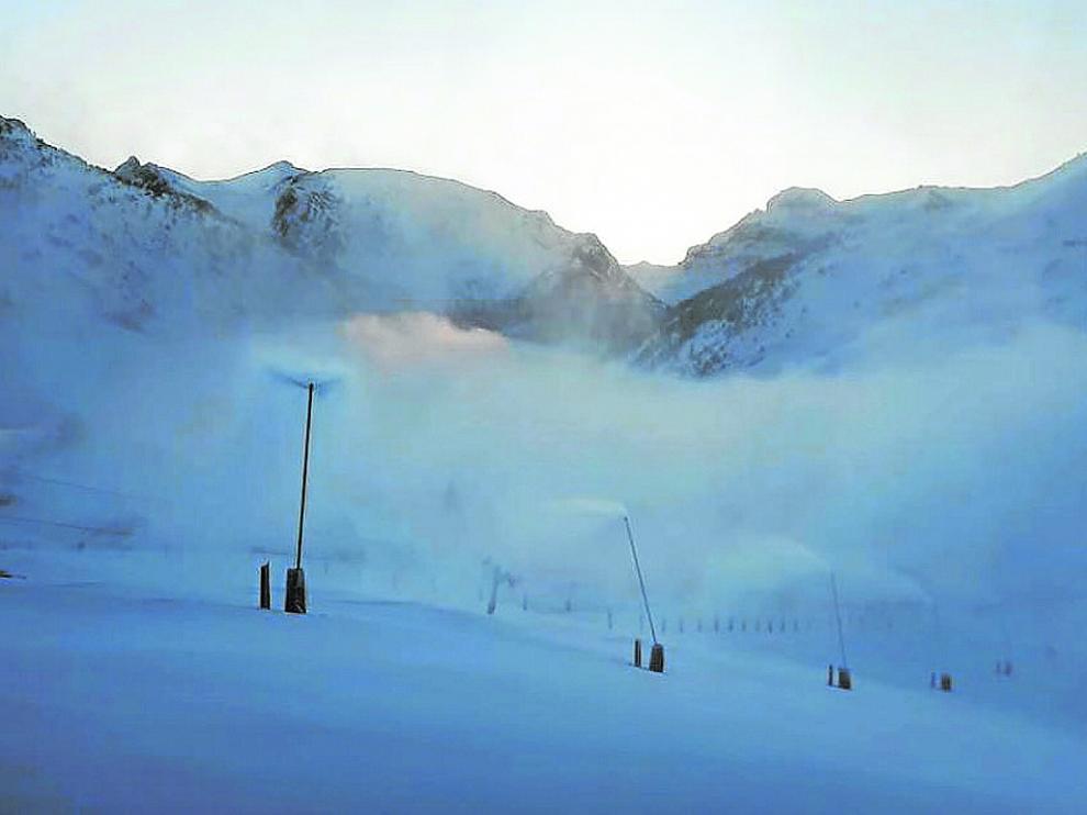Candanchú continúa fabricando nieve para ofrecer las mejores condiciones este puente.