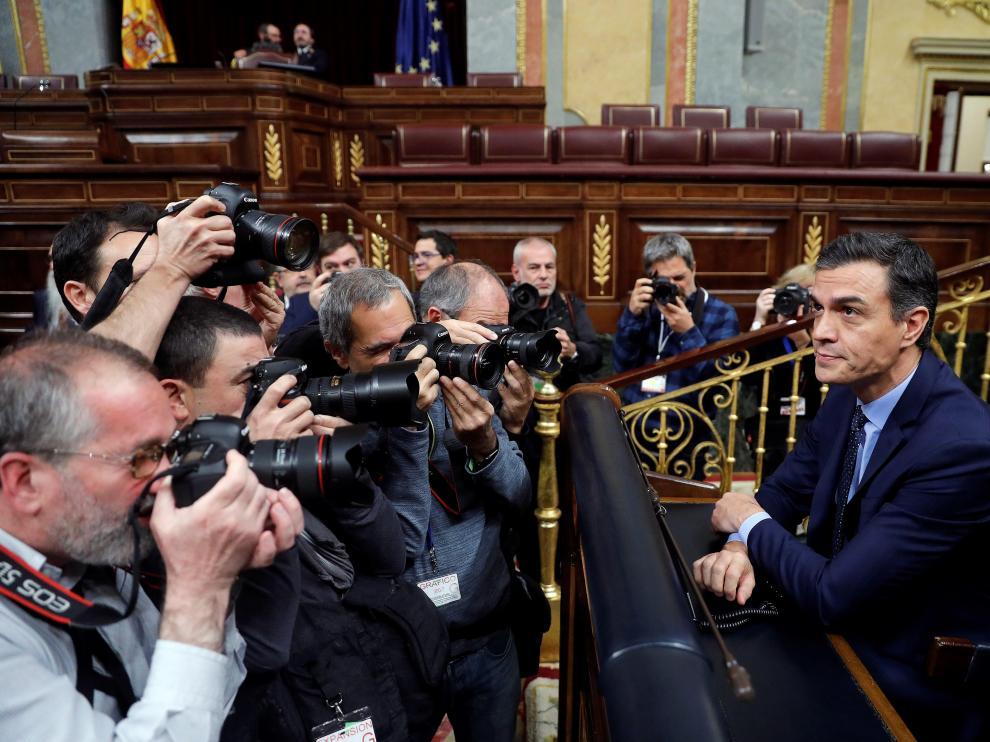 Pedro Sánchez toma asiento en la bancada principal del Congreso.