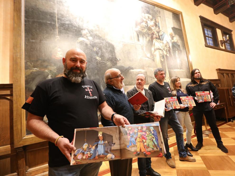 El 'biocuento' se ha presentado este martes en el Salón del Justicia del Ayuntamiento de Huesca, donde se puede ver el cuadro de la leyenda de la Campana del que es protagonista este monarca.