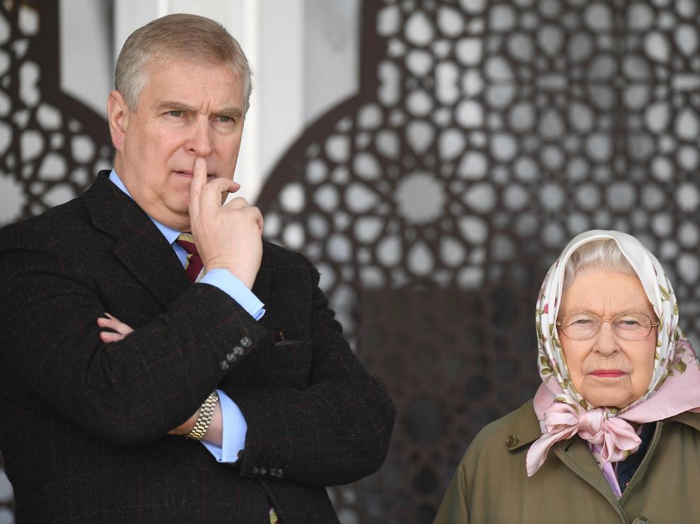 El Príncipe Andrés junto a su madre, la reina Isabel II de Inglaterra.