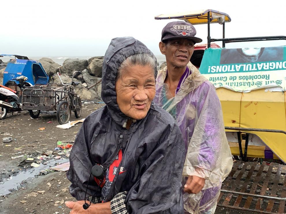 El tifón Kammuri azota Filipinas, en la imagen dos habitantes de la ciudad de Cavite