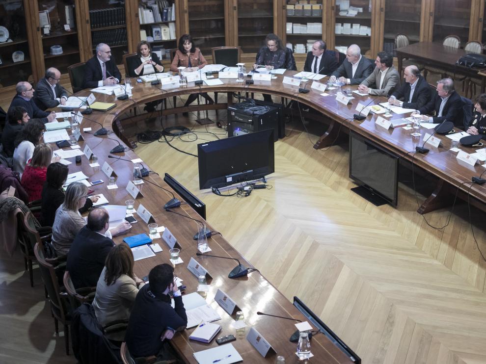 Los asistentes a la Comisión del Juego, ayer en la sala Pedro Cerbuna del Paraninfo