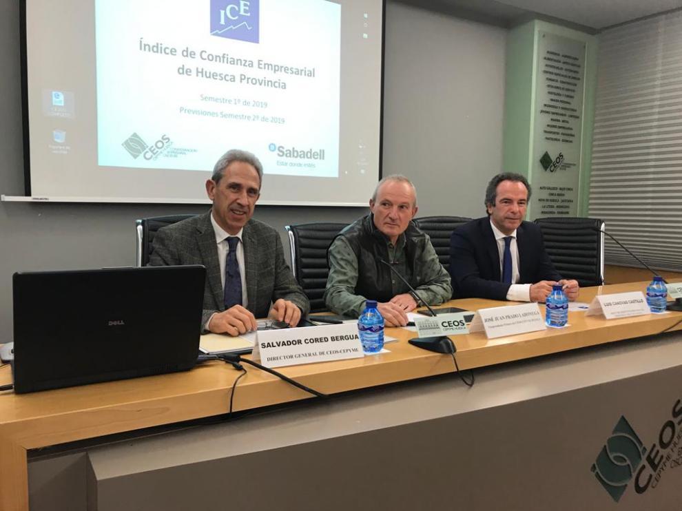 Salvador Cored, secretario general de CEOS, Juan José Prado, vicepresidente, y Luis Cánovas, del Banco Sabadell, en la presentación del último Índice de Confianza Empresarial de Huesca.