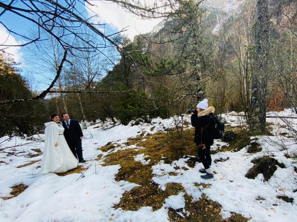 Sandra Ibáñez y Carlos Gómez posan para la fotógrafa Lourdes Gamero en una pradera nevada de Ordesa.