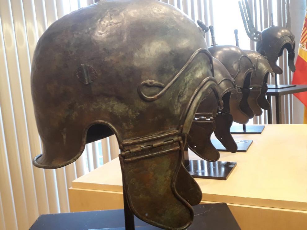Uno de los cascos entregados ayer a representantes del Ministerio de Educación y Cultura español