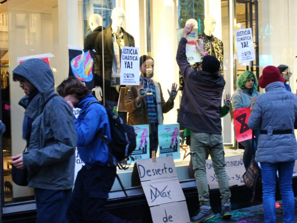 Activistas en la puerta de Zara
