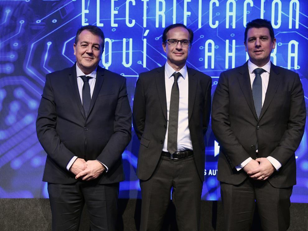 Los directivos de PSA Juan Antonio Muñoz Codina, Alexandre Guignard y Christophe Mandon en Madrid.