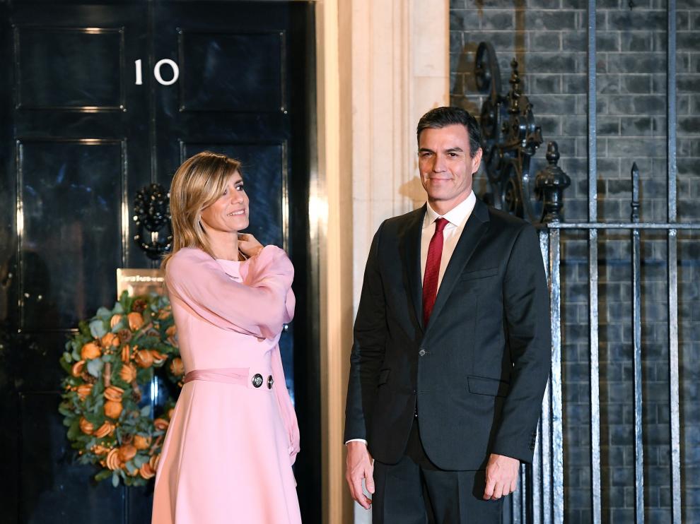 El presidente Pedro Sánchez y su mujer Begoña Gómez a las puertas del número 10 de Downing Street