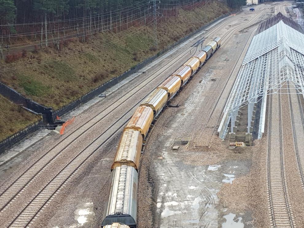 Tren de mercancías aparcado en la estación de Canfranc, ayer, desde la sede de Silos de Canfranc.