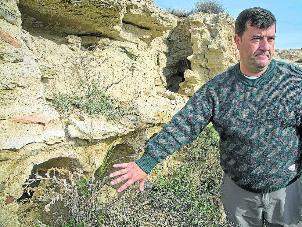 José Alfredo Polo señala parte de los pocos restos que quedan aún en pie.