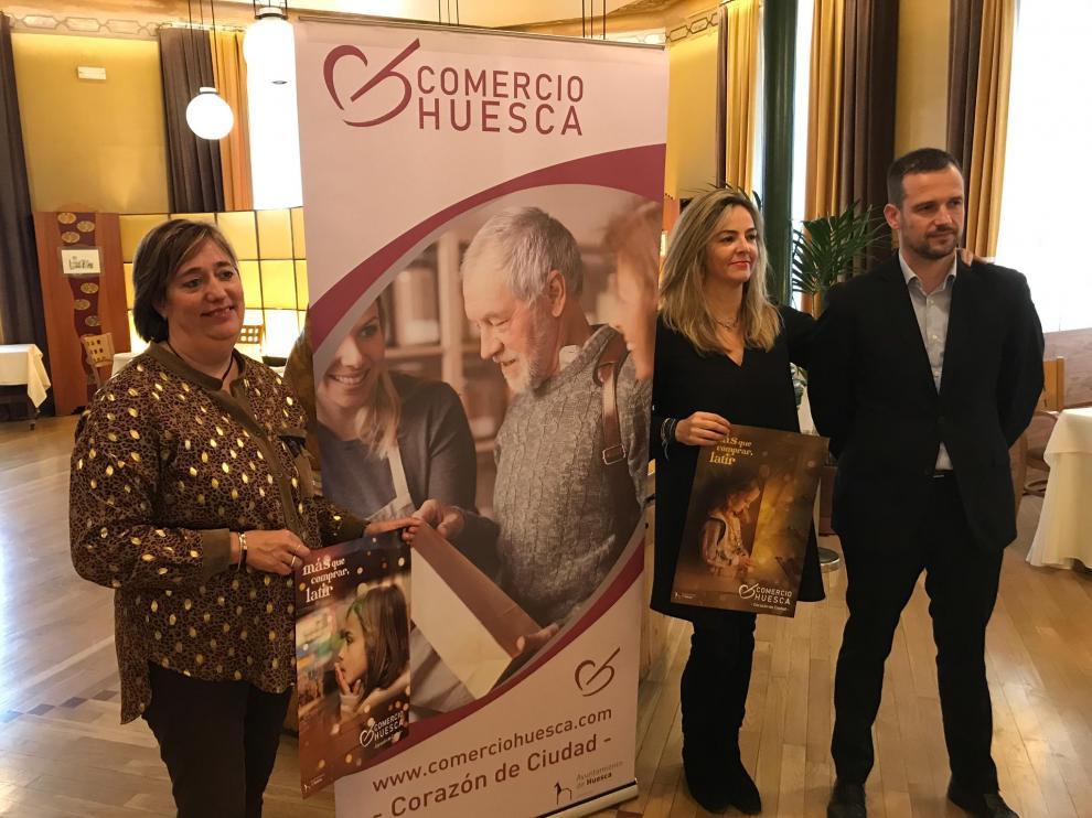 La concejala Rosa Gerbás, la presidenta de la Asociación de Comerciantes, Susana Lacostena, y el consultor Sergio Bernués, en el acto de presentación de la campaña de Navidad.