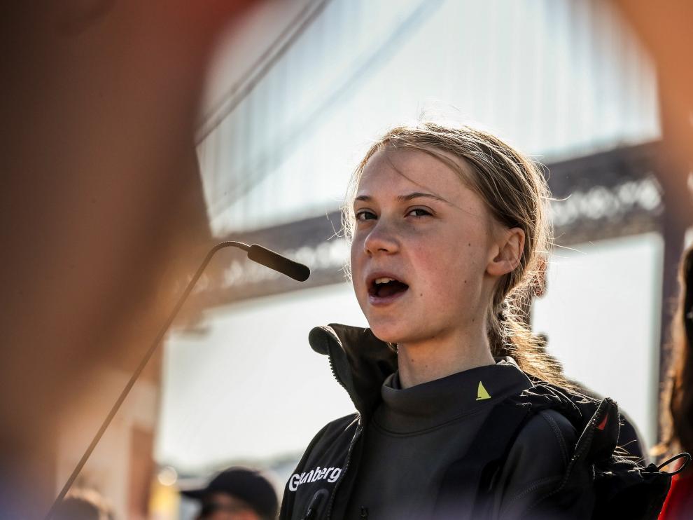 La joven activista sueca Greta Thunberg pronuncia un discurso a su llegada al muelle de Santo Amaro en Lisboa (Portugal)
