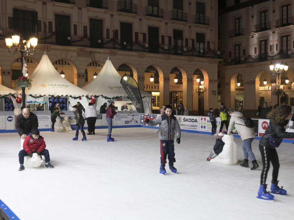 La pista de hielo con gente patinando / 3-12-2019 /Foto Rafael Gobantes [[[FOTOGRAFOS]]]