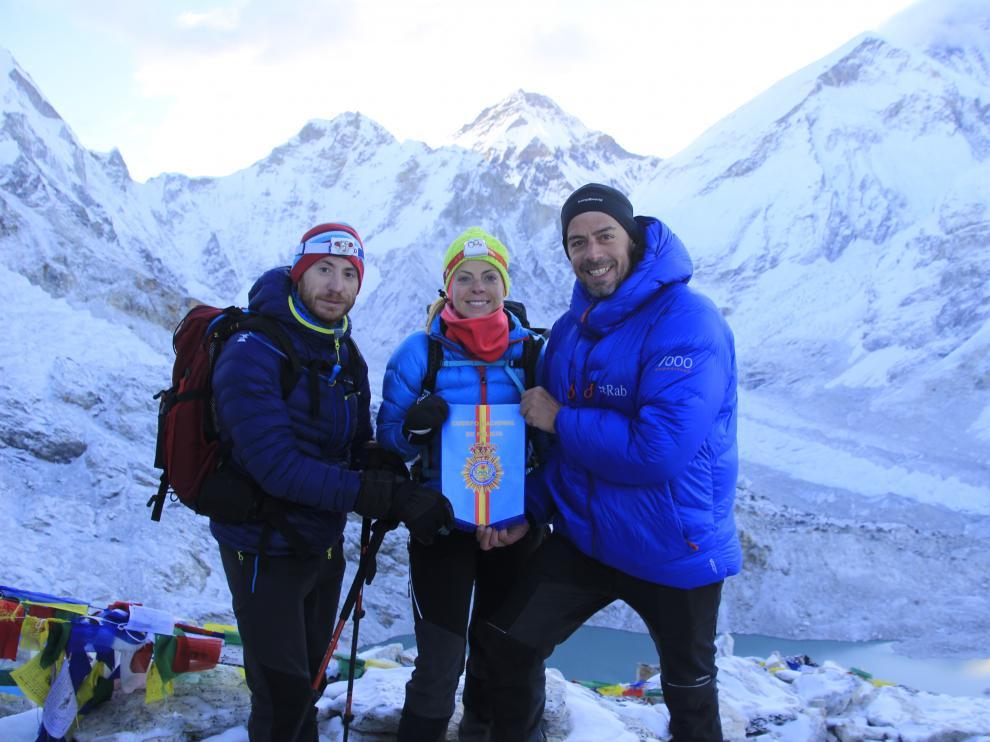 Los tres agentes de la Jefatura de la Policía Nacional de Aragón, durante su ascensión al Island Peak.