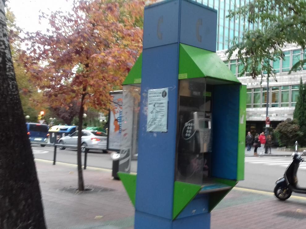 Una de las cabinas telefónicas de la Glorieta de Sasera de Zaragoza.