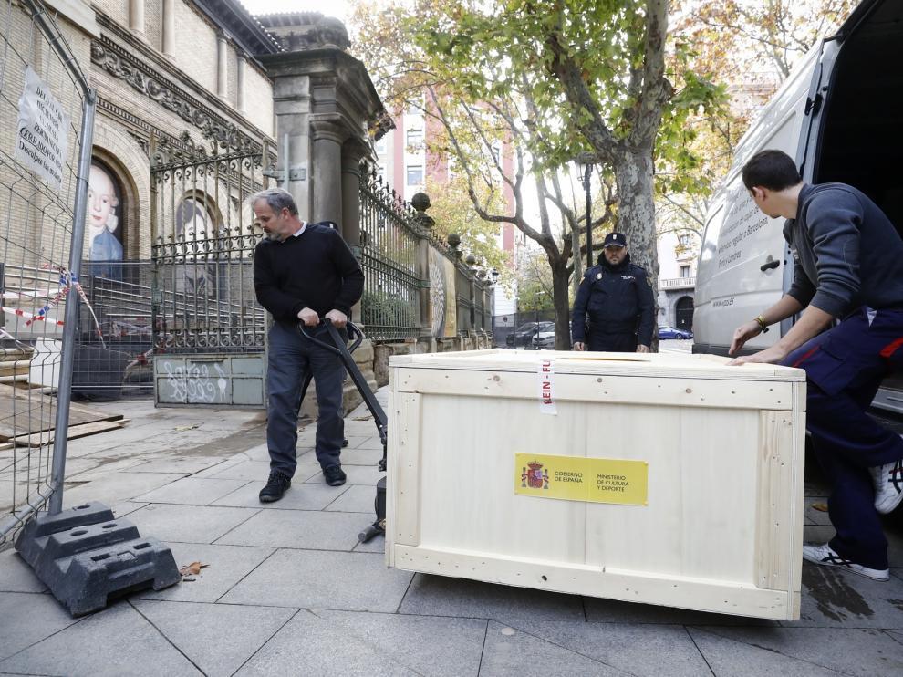 Una de las cajas en las que viajaban los cascos, momentos antes de entrar en el Museo de Zaragoza