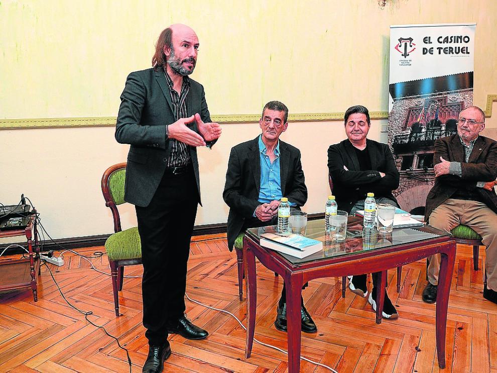 Carlos Núñez, interviene ayer durante la presentación de su libro en el Casino de Teruel.