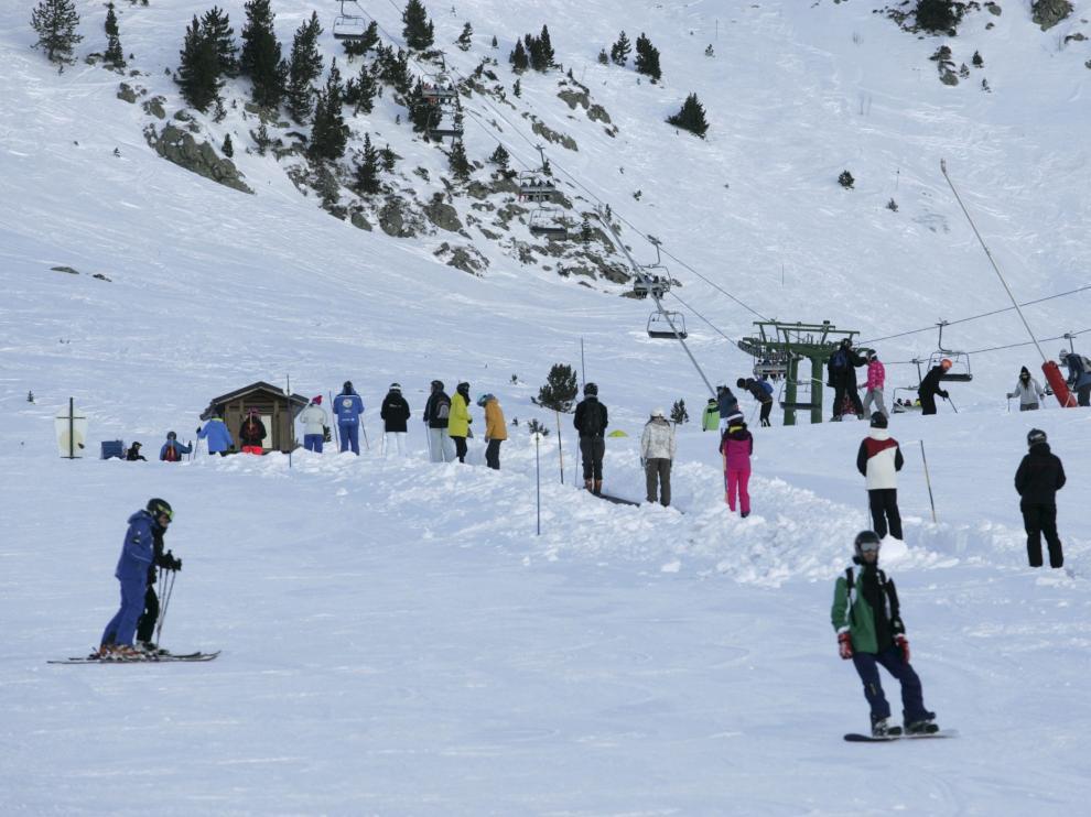 Esquiadores en la zona de Anayet, en el centro invernal de Formigal, localidad oscense perteneciente a Sallent de Gállego.
