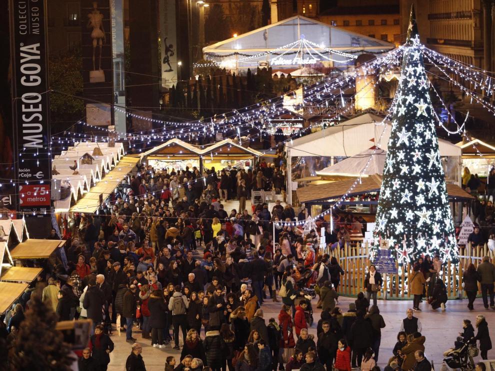 Imágenes de las luces de Navidad, del belén y del mercadillo de Zaragoza