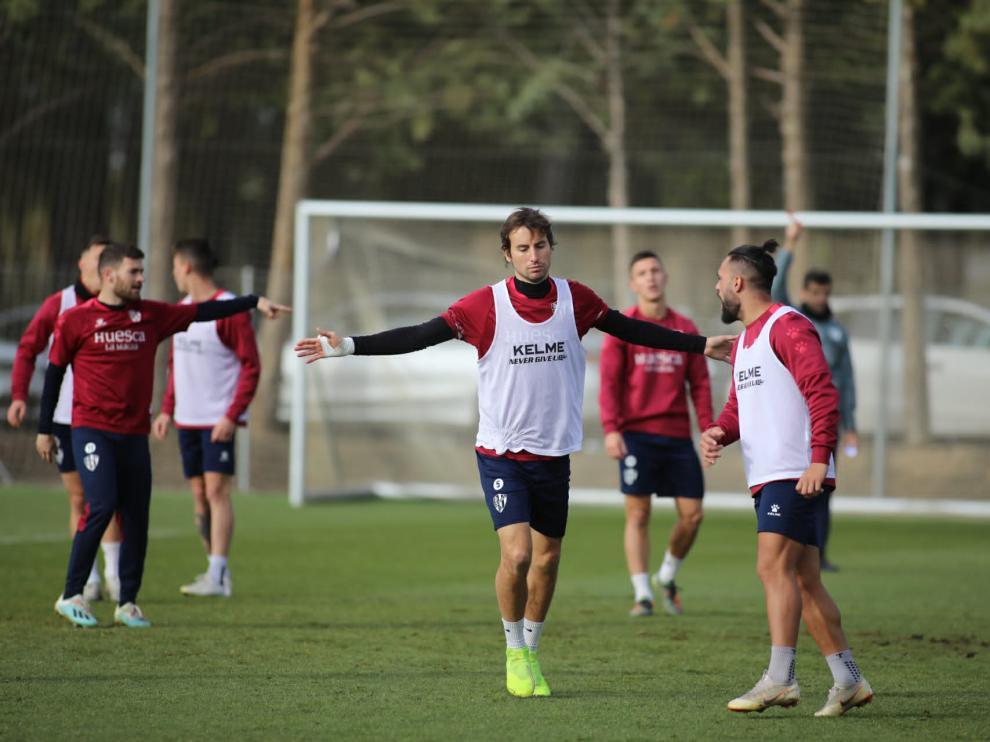 Pedro Mosquera, en el centro, durante el entrenamiento de este jueves.