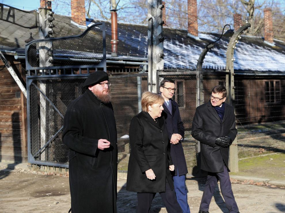Oswiecim (Poland), 06/12/2019.- German Chancellor Angela Merkel (2-L) and Polish Prime Minister Mateusz Morawiecki (2-R) with Director of the Auschwitz-Birkenau State Museum Piotr Cywinski (L) and Vice Director Andrzej Kacorzyk (R) attend to the Auschwitz-Birkenau Memorial and Museum of former Nazi German concentration and extermination camp in Oswiecim, Poland, 06 December 2019. Polish Prime Minister Mateusz Morawiecki and German Chancellor Angela Merkel will visit the Memorial ahead of 75th anniversary of the death camp's liberation. (Polonia) EFE/EPA/ANDRZEJ GRYGIEL POLAND OUT German Chancellor ANgela Merkel in former Nazi German concentration camp Auschwitz
