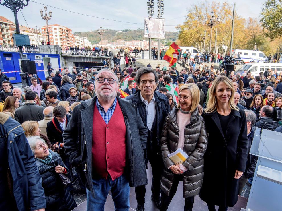 La portavoz del Partido Popular en el Congreso, Cayetana Álvarez de Toledo (d), el filósofo Fernando Savater (i), Rosa Díez (2d) y Arcadi Espada (2i), durante su intervención tras participar en una manifestación en Bilbao.