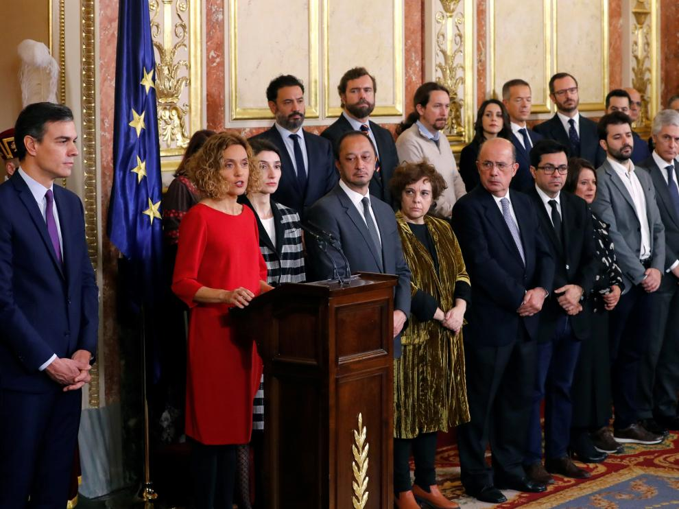 La presidenta del Congreso, Meritxell Battet, junto a Pedro Sánchez, durante su intervención durante la sesión solemne de las Cortes.