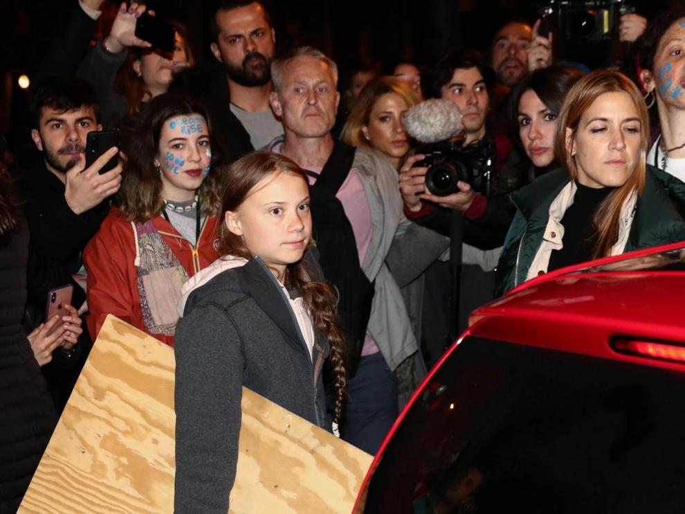 Thunberg deja la Marcha en un coche eléctrico por la imposibilidad de avanzar.