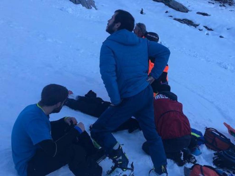 Esquiadores, especialistas y personal de la estación de Candanchú de montaña que han acudido en auxilio del logroñés que ha fallecido este sábado