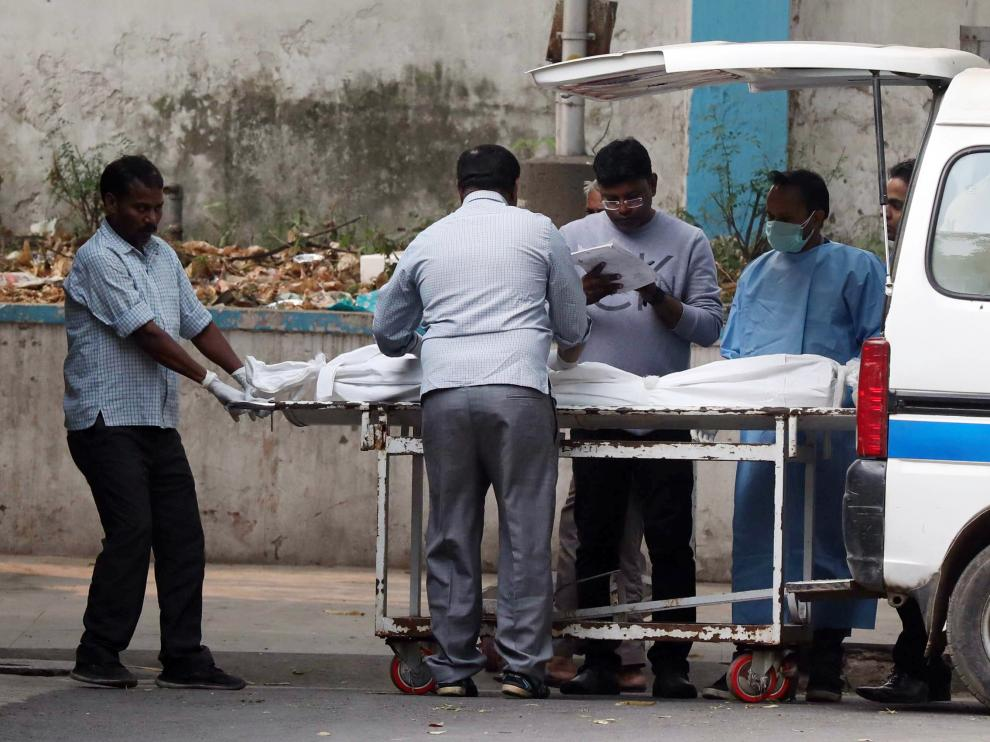 New Delhi (India), 08/12/2019.- The body of a victim of a fire that erupted at a New Delhi building is brought to a mortuary in New Delhi, India, 08 December 2019. According to news report, at least 40 people were killed after a fire broke out at a building in New Delhi's Anaj Mandi area on the morning of 08 December. (Incendio, Nueva Delhi) EFE/EPA/HARISH TYAGI Building fire kills at least 40 people in New Delhi