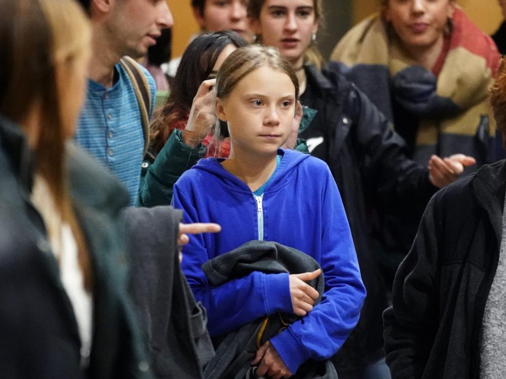 Greta Thunberg abandona la Universidad Complutense de Madrid rodeada por jóvenes.