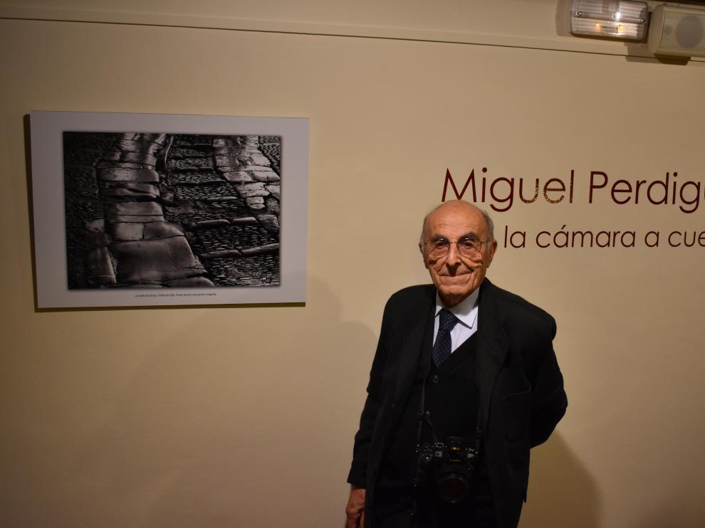 Miguel Perdiguer, junto a la imagen de Peñíscola que le hizo ganar el Premio Nacional de Fotografía.