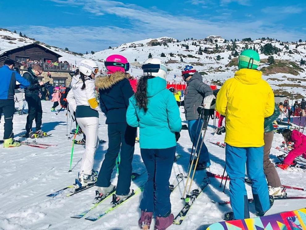 Los esquiadores han disfrutado de la tercera jornada consecutiva de buen tiempo en las estaciones del Pirineo.
