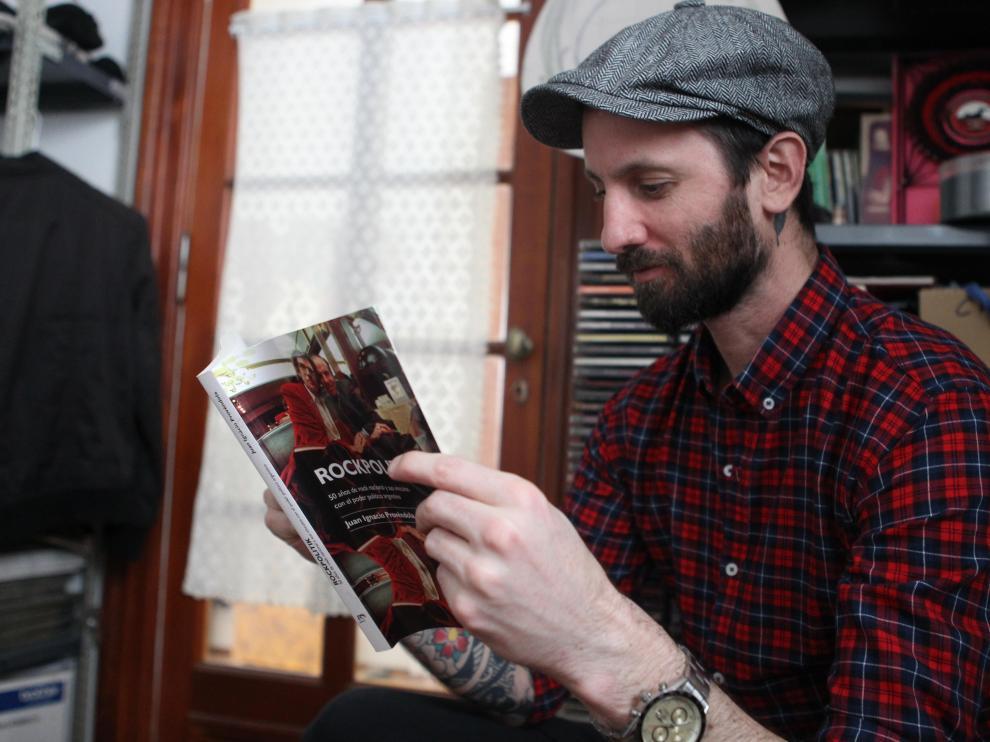El periodista y profesor de cultura rock y política en la Universidad de Buenos Aires, Juan Ignacio Provéndola, revisa su libro 'Rockpolitik'