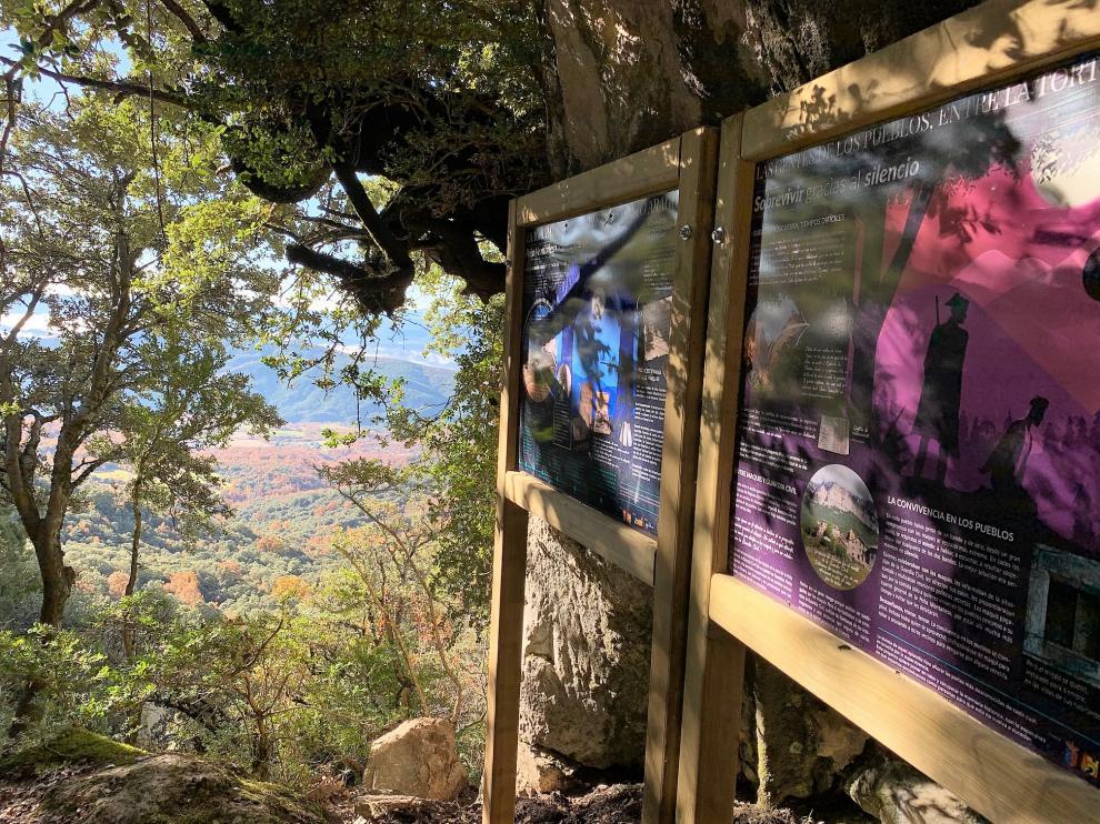 Los paneles se ubican a lo largo del sendero que conduce al antiguo refugio.